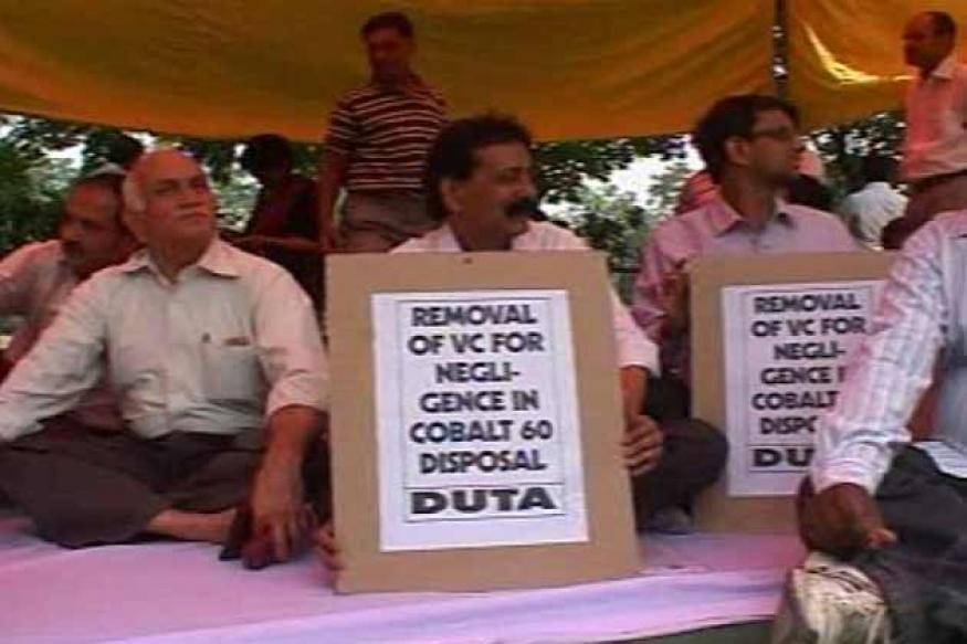 Delhi Univ teachers try to meet VC, assaulted