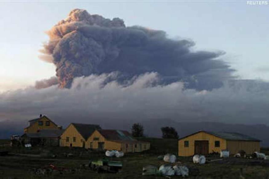 Volcanic ash shuts major UK, Dutch airports