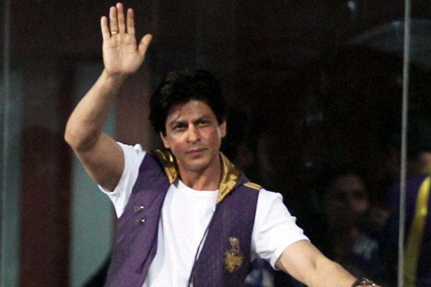 SRK in legal trouble for smoking in Jaipur stadium
