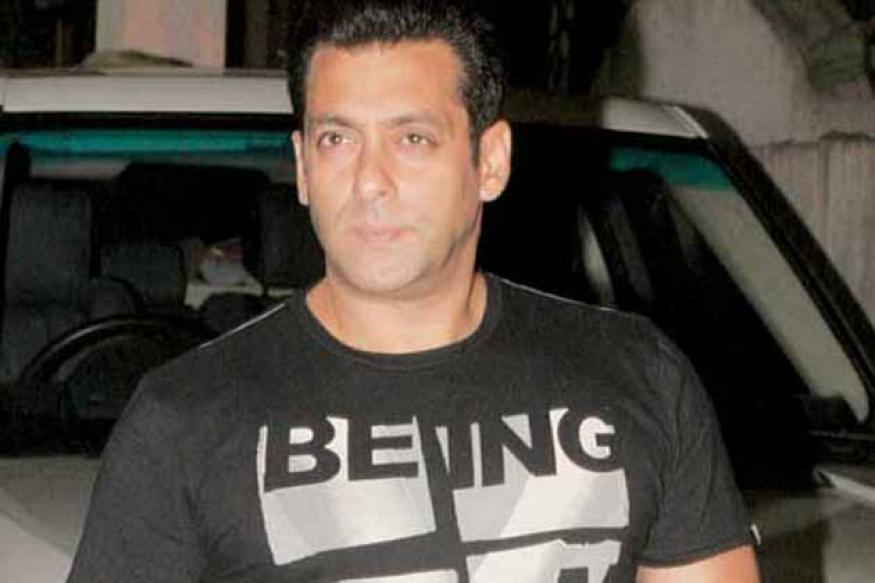 Salman observes a minute's silence for Dara Singh
