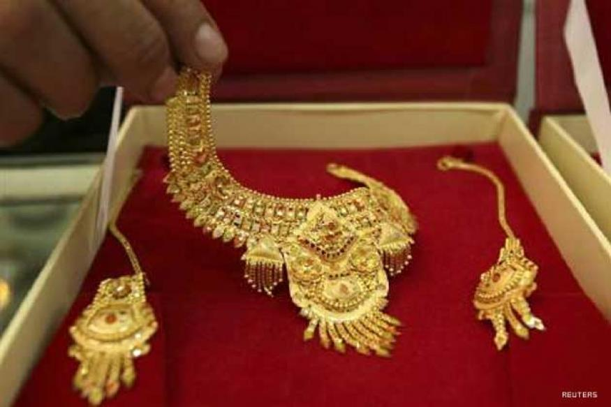 Gold hits new high of Rs 32,450 on global cues
