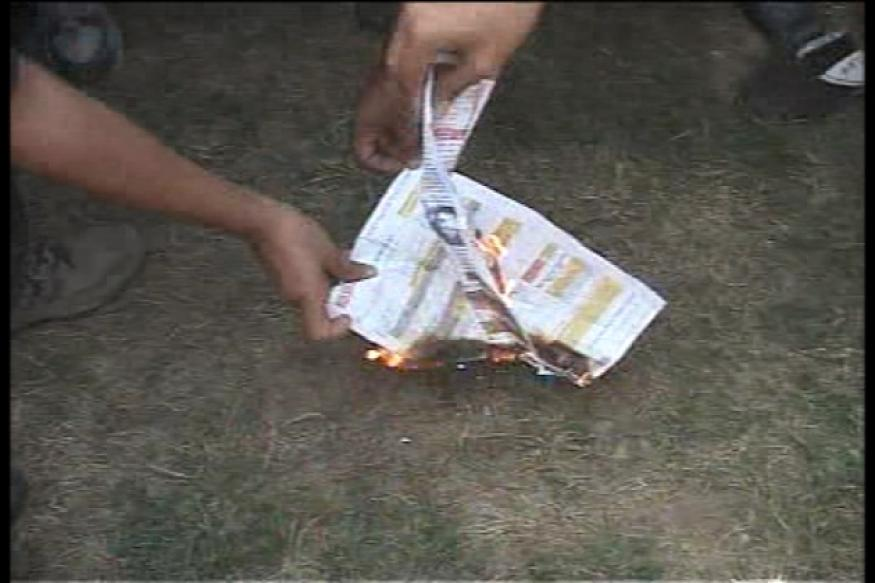 Kejriwal, supporters burn power bills in Delhi