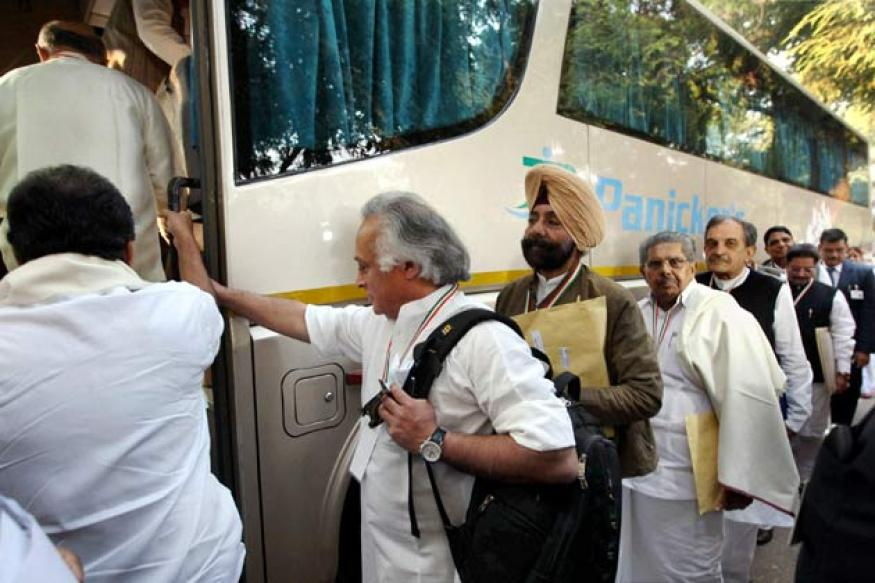 Cong leaders take bus ride to Surajkund for meet