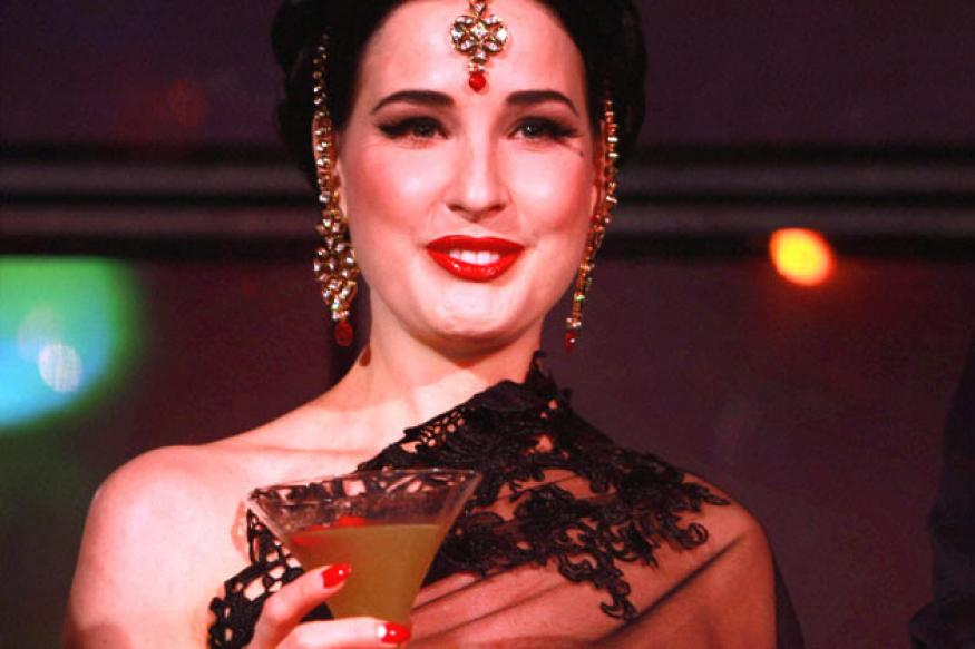 Burlesque dancer Dita Von Teese learns to drape a saree