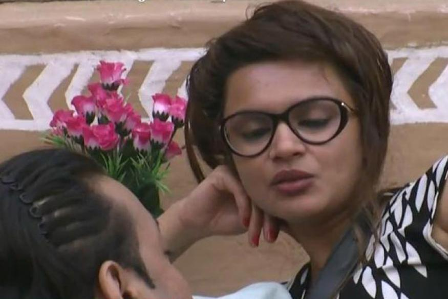 Bigg Boss 6: Santosh flirts with Aashka