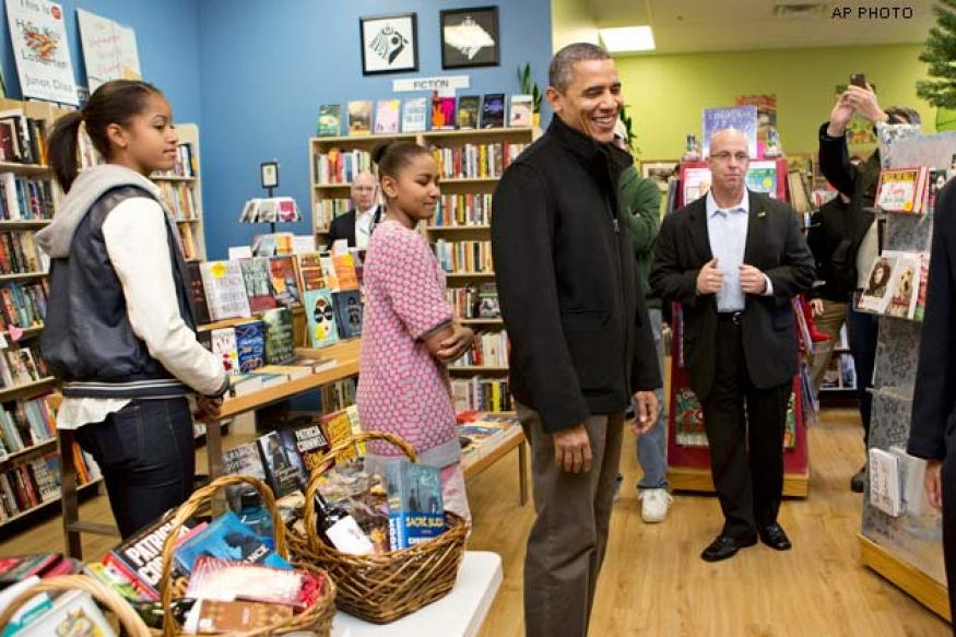 Obama takes daughters on an early Christmas shopping