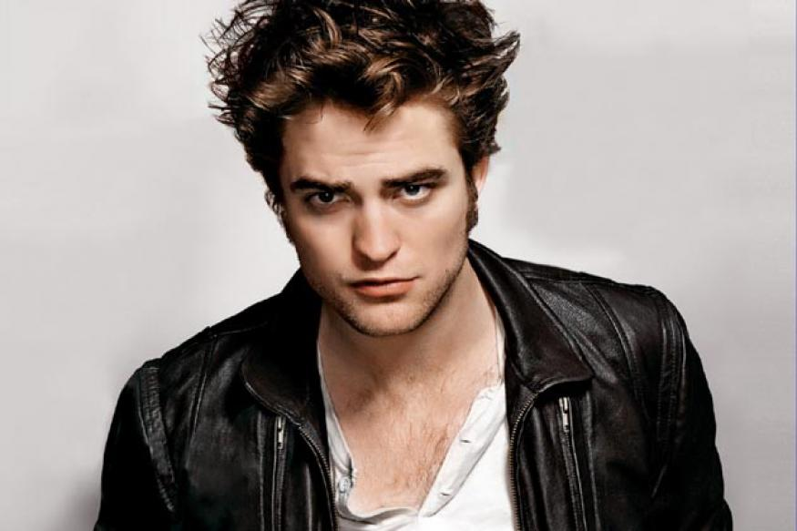 Robert Pattinson puffing electronic cigarettes, again