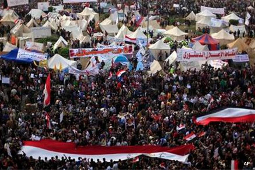 Protesters surge around Egypt's presidential palace