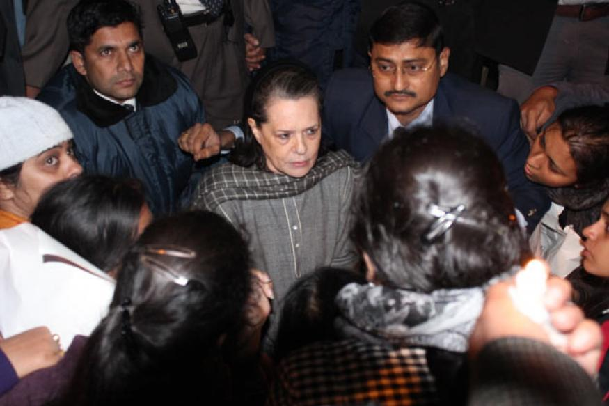Gangrape: Sonia meets protesters, assures justice