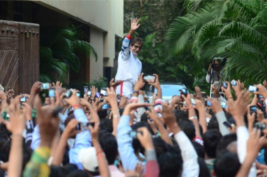 Snapshot: Big B greets hundreds of well wishers at Jalsa