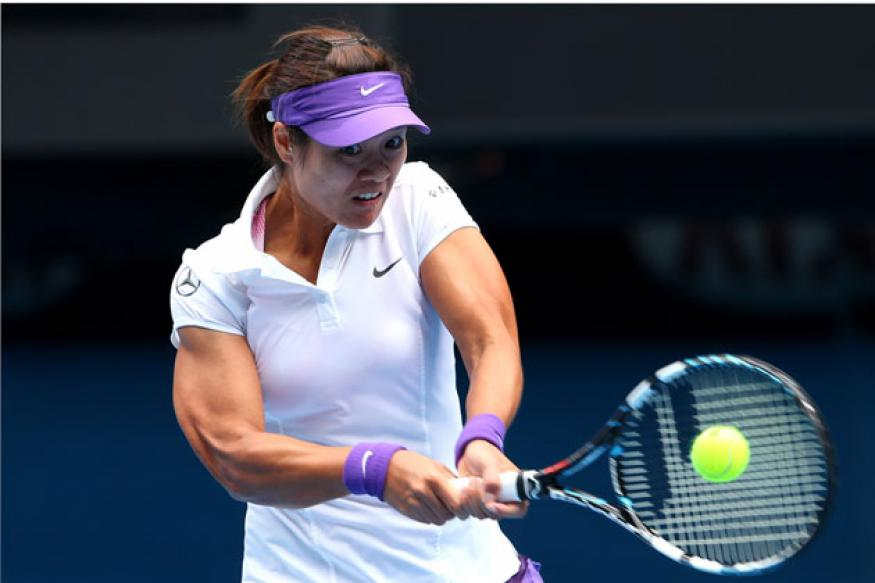 China's Li Na thrashes Sharapova to reach the final