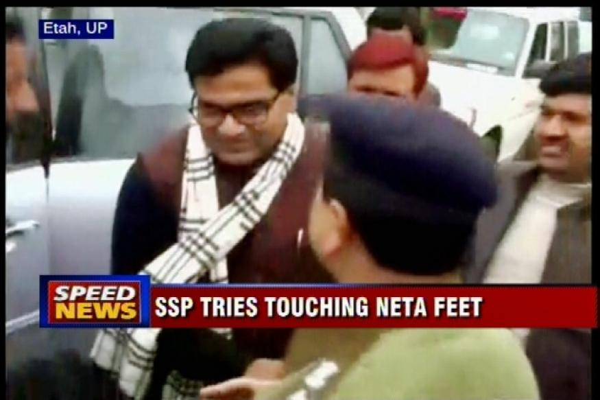Top UP cop touches feet of SP leader