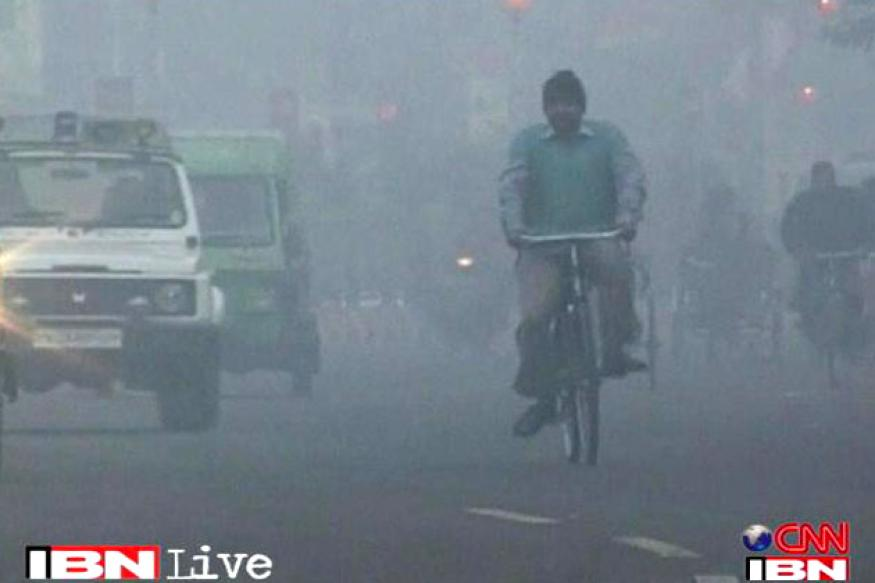 Foggy morning in Delhi, temperature dips