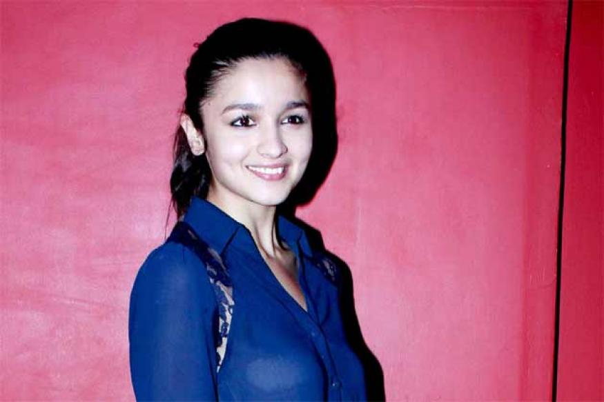 Snapshot: Alia Bhatt cracks a rare smile, she should really do it more often