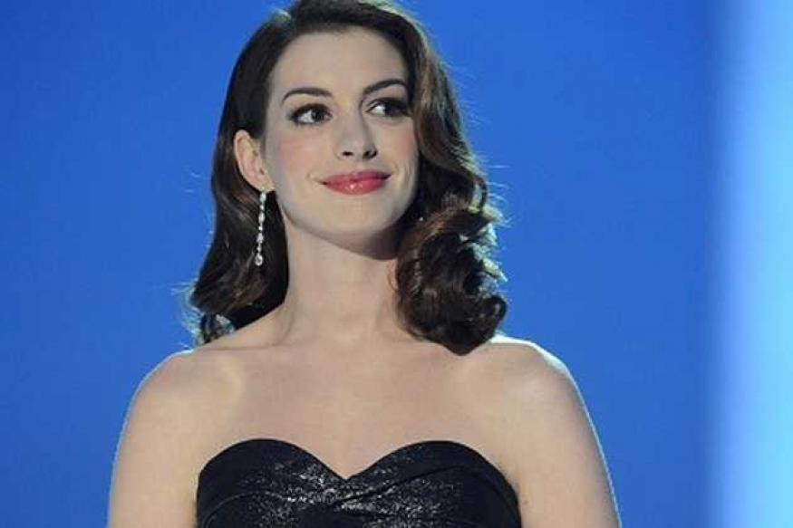 Anne Hathaway booed at the BAFTAs for arriving late