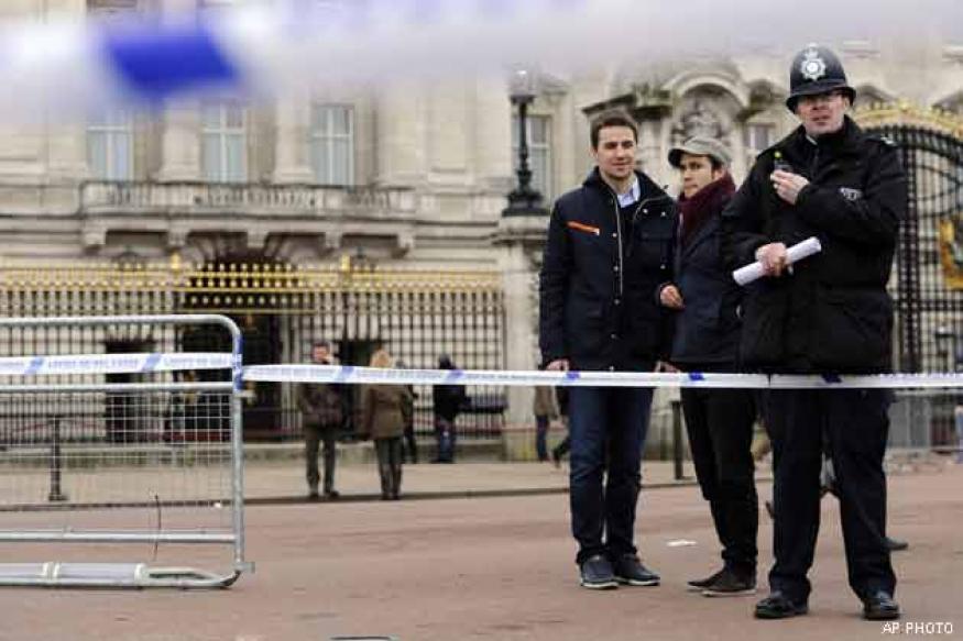 Man tasered for brandishing knife outside Buckingham Palace
