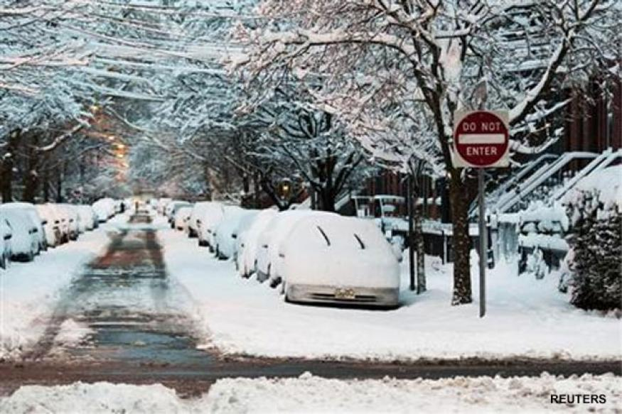 US blizzard kills two, leaves thousands without power