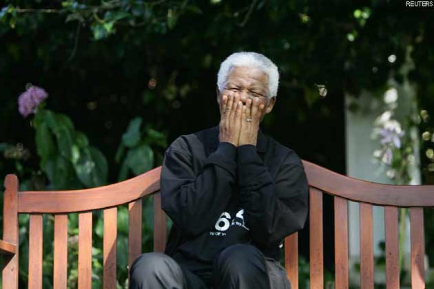 Nelson Mandela leaves hospital after pneumonia