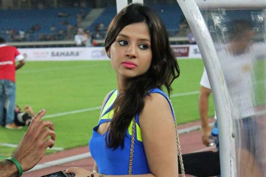 Tremendous Snapshot Ms Dhonis Pretty Wife Sakshi Spotted At Football Match Hairstyles For Men Maxibearus