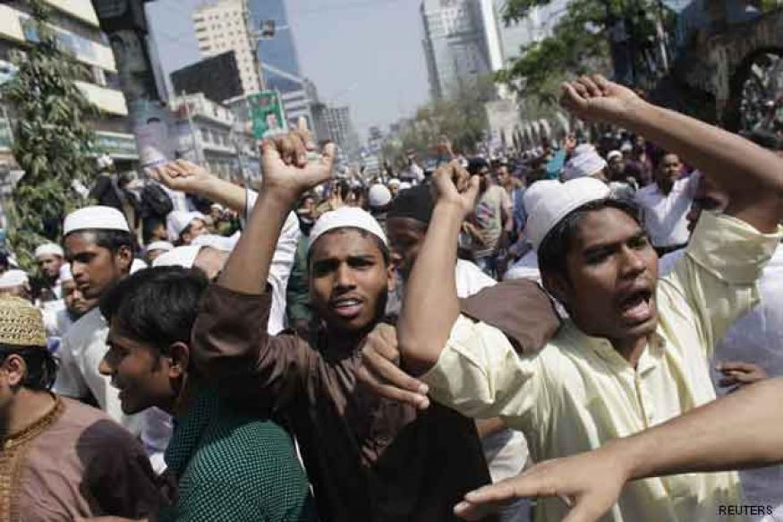 Bangladesh: Protesters clash with police over blasphemy law