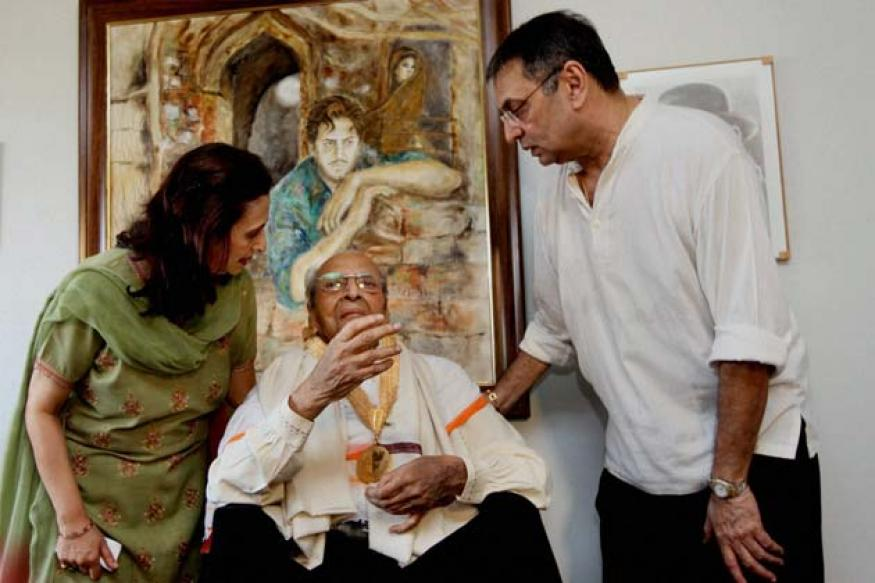 Snapshot: 93-year-old Pran smiles, waves as he wears his Dadasaheb Phalke medal