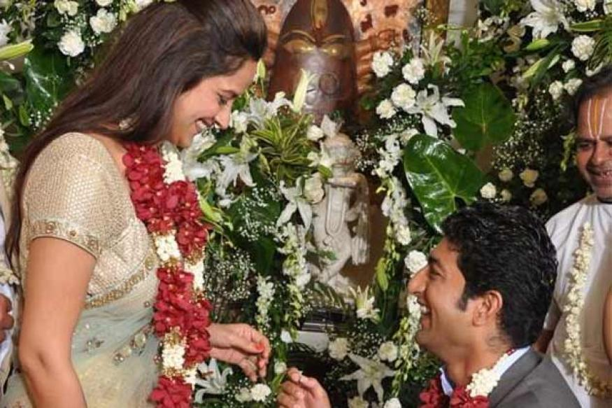 Ahana's fiance goes down on his knees on their engagement day