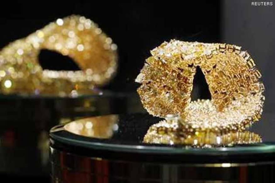 Gold up Rs 415 as rupee slumps to new lows