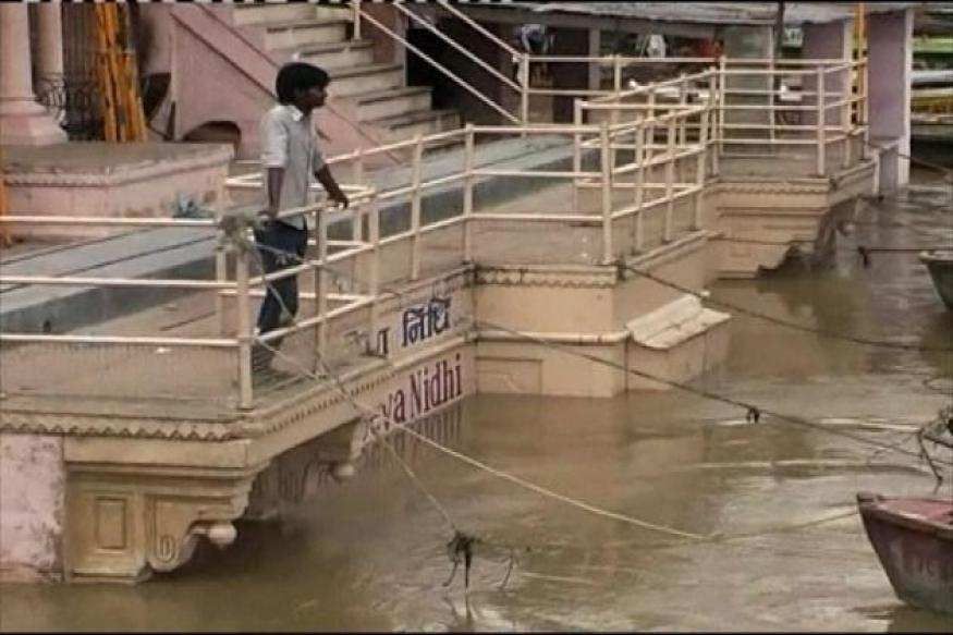 Varanasi: Locals abandon houses due to rising water level in Ganga