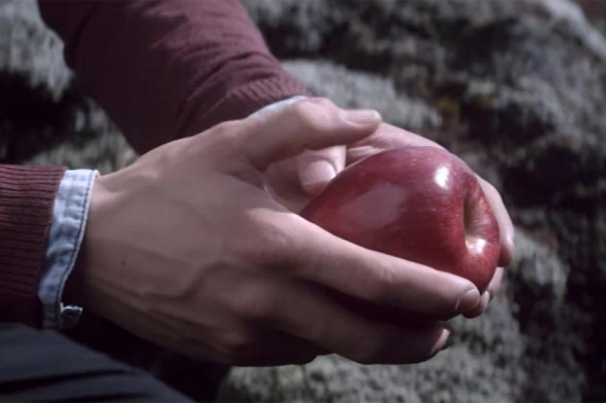 Samsung compares the iPhone to an apple in new Galaxy S4 ad