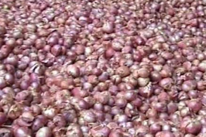 Seller gives onions for free with purchase of tyres in Jamshedpur