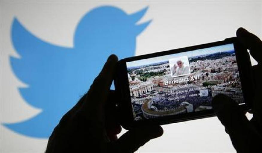 Pope Francis toasts 10 million Twitter followers