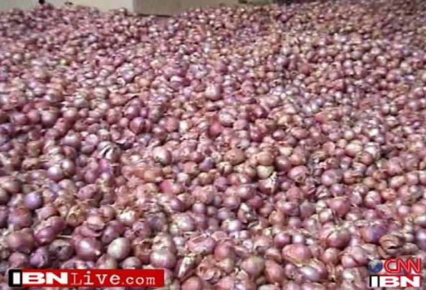 Nashik: Wholesale onion price crashes to Rs 7 per kg, farmers protest
