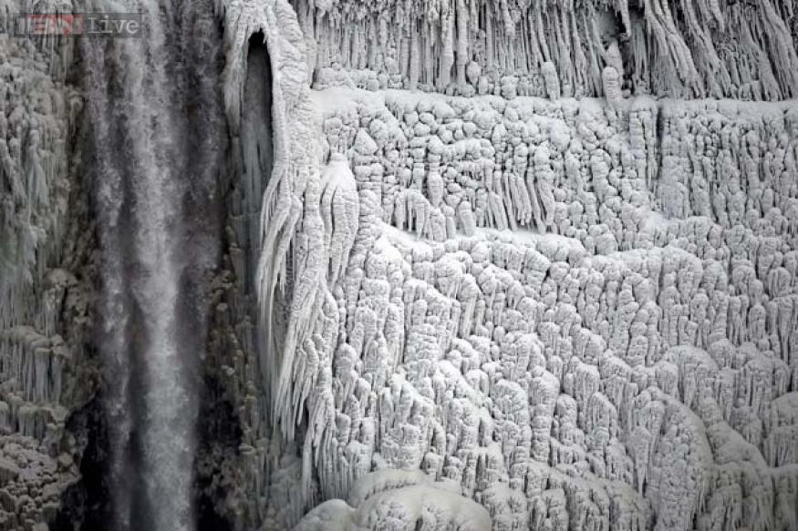 Spectacular photos of the exact moment the massive Niagara Falls froze mid air