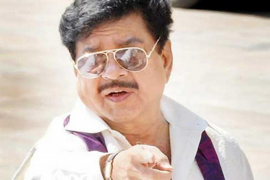Youths show black flags to Shatrughan Sinha, beaten up