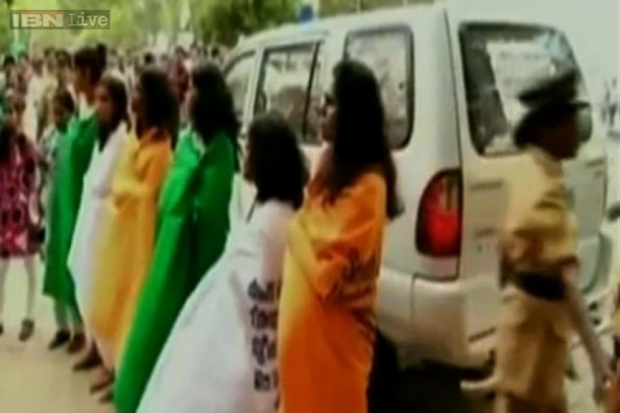 Kerala women wrap themselves in banners to protest Badaun gangrape