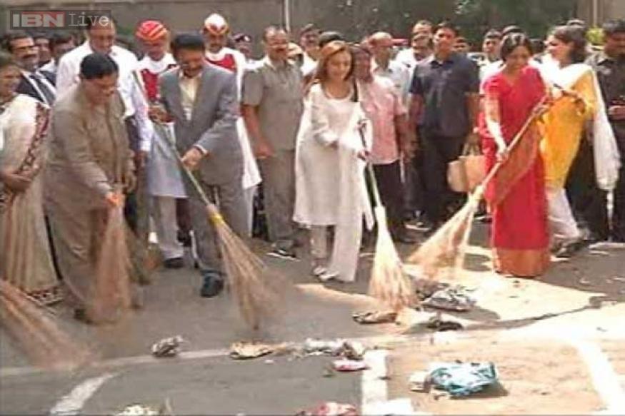 Prime Minister appreciates Nita Ambani for taking up the 'Clean India' challenge