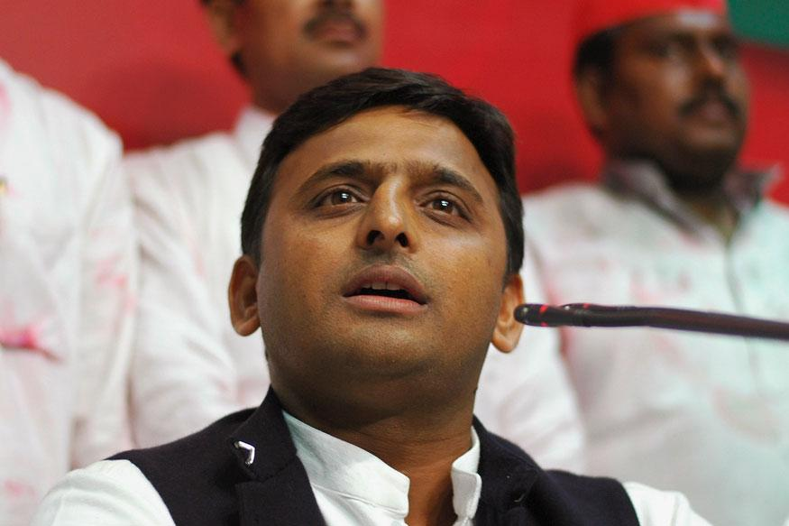 Demonetisation: Akhilesh Yadav Suspends Police Officials After People in Bank Queue Beaten up