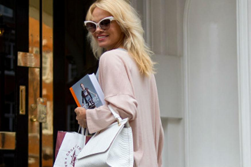 Pamela Anderson Has a Present for Julian Assange. A Vegan Meal