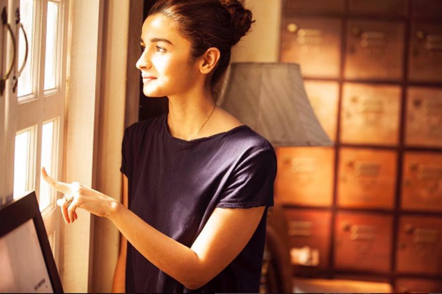 Dear Zindagi Movie Review: The Film Belongs to Alia Bhatt and Not SRK