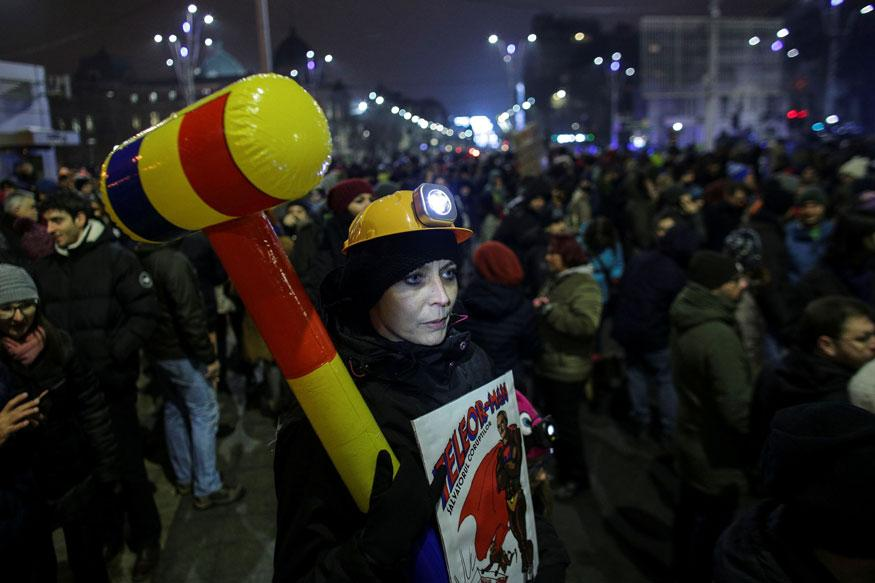 Romania protests: Violent clashes erupt as thousands join anti-corruption demonstrations