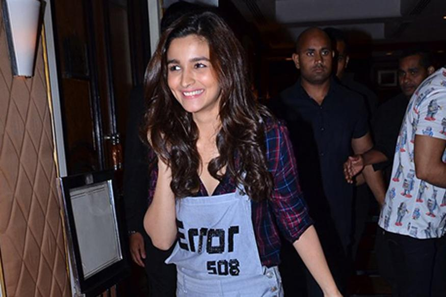From Alia Bhatt to Kangana, Celebs Are Reviving The 90s Overall Trend