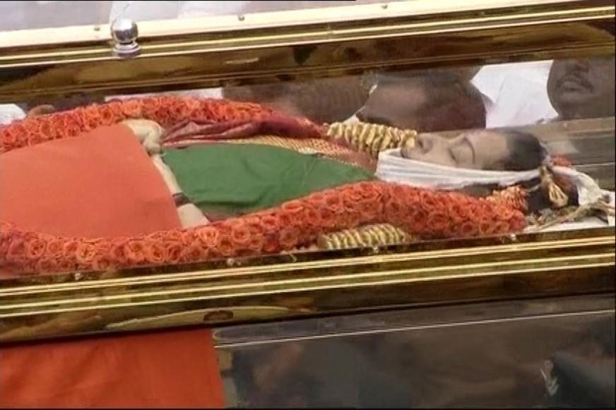Live: Jayalalithaa's Funeral Procession Reaches Marina Beach, to be Buried Next to MGR